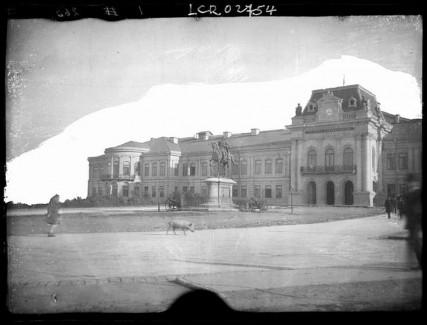 Palais administratif et statue de Stephan Al Mare. Vue partielle de la façade principale précédée d'une statue équestre