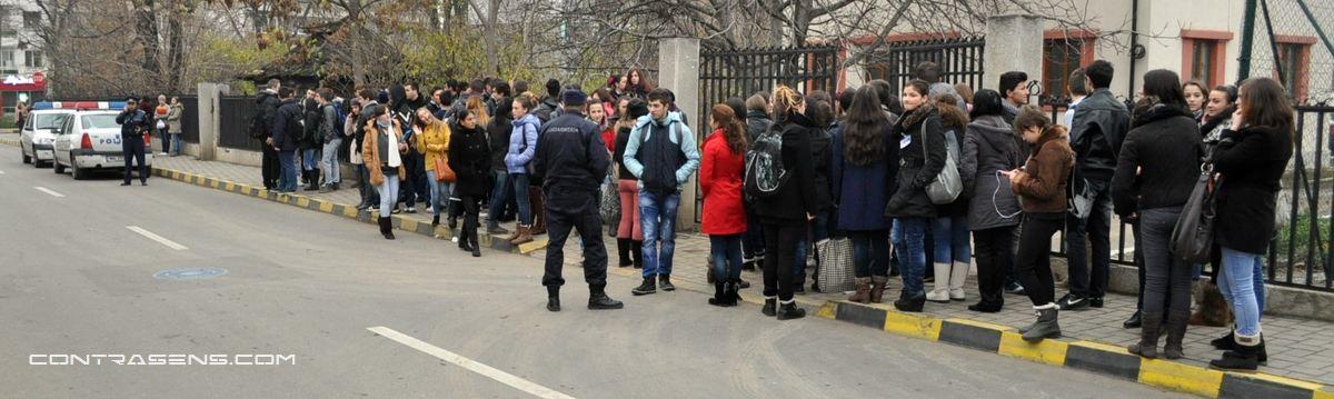 Acum doi ani, zeci de elevi de la Colegiul Eminescu au primit interdictie de a intra la ore pentru ca nu aveau uniformele complete.