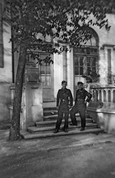 Two soldiers from 9. Kompanie in Bacau, May 1944.